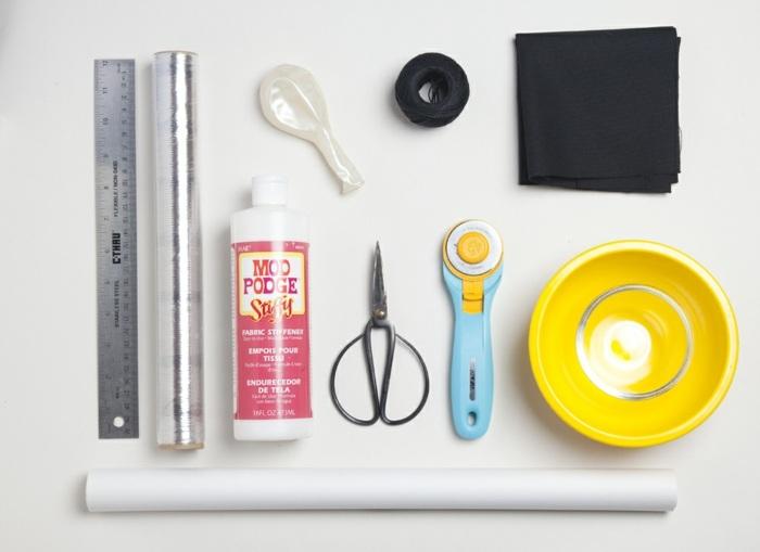 schüssel aus schwarzem garn, materialien, schere, lineal, kleber, stoff, folie