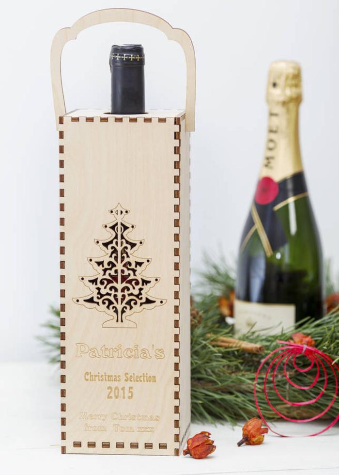 weinflasche in holzschachtel, geschenk zu weihnachten, tannenbaum, deko