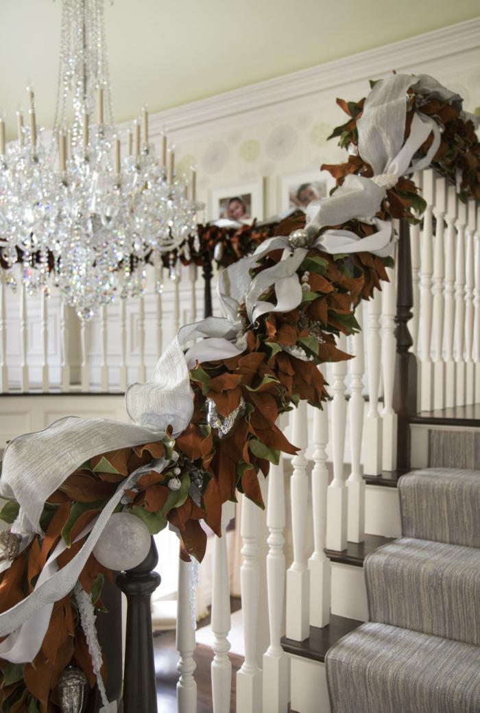 braune Blätter und grüne Blätter und weißes Band - Treppenhaus Ideen