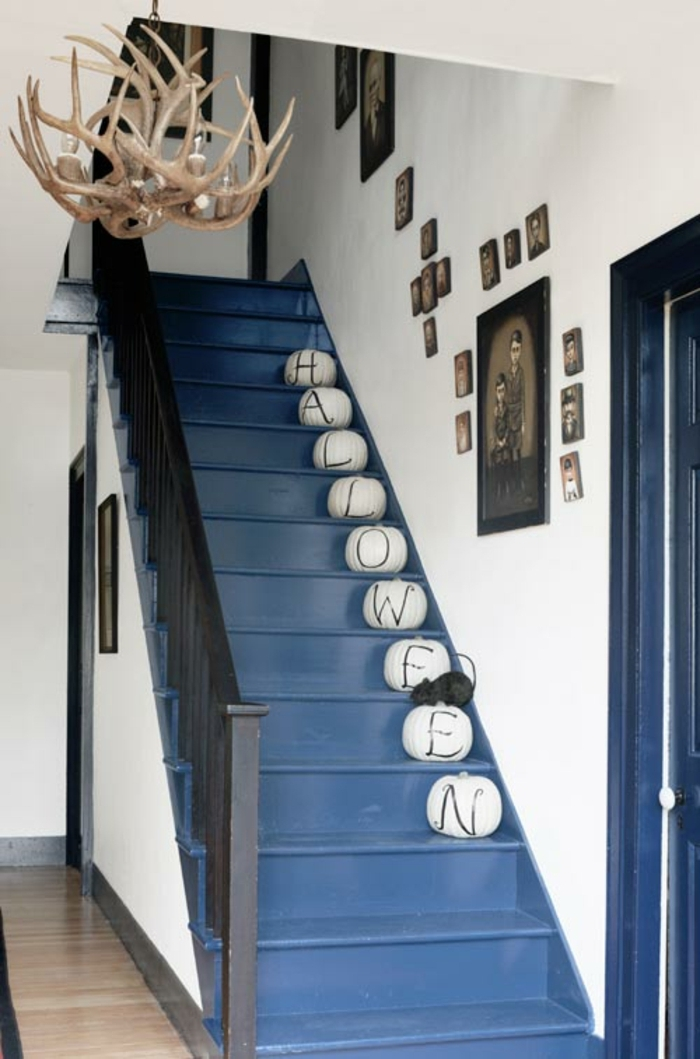 Treppenhaus Ideen - Halloween Deko mit weißen Kürbis mit Buchstaben und Maus Figur
