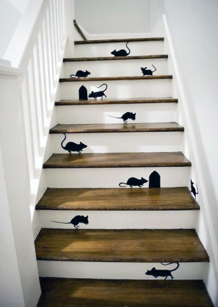 Auf Wandtattoo die kleine Maus spielt auf die Treppen und versteckt sich in ihrem Loch - Treppenhaus Ideen