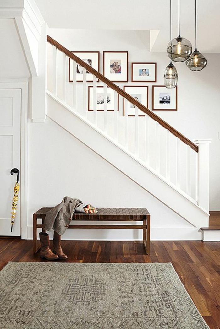 weißes Treppenhaus Ideen, wie diese zu verschönern - Bilderrahmen aus Holz, eine Bank