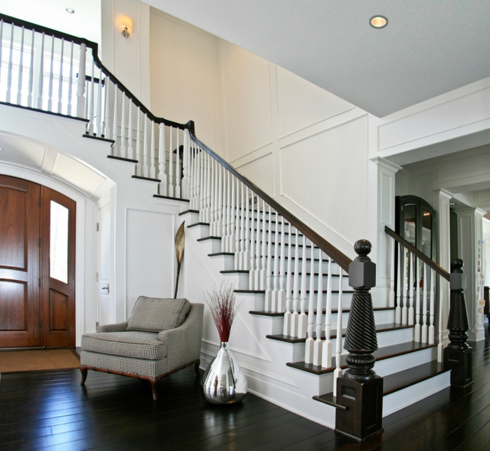 schwarz weiße Treppe - Treppenhaus Ideen, grauer Sessel, eiserne Vase mit trockenen Blumen, Deckenleuchte