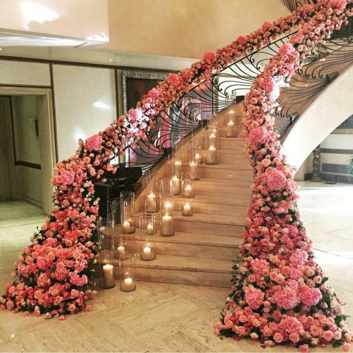 Treppenhaus Ideen eine Menge rosa Rosen an der Brüstung und Kerzen auf den Treppen Hochzeit Deko