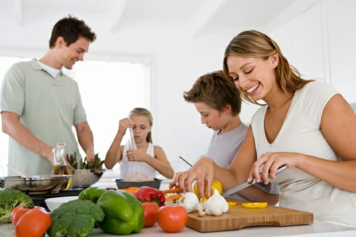 gesunde familie ritualien zusammen kochen kleine und erwachsene vegetarisches abendessen ideen