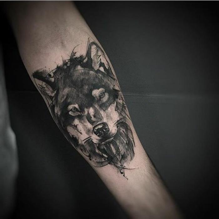 hier ist hand mit einem eschwarzen tribal wolf tattoo - noch eine tolle idee