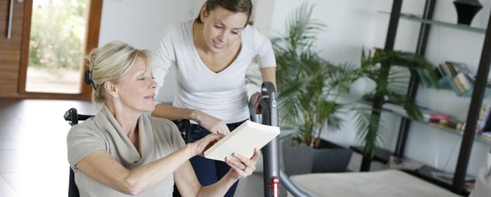 eine Frau arbeitet als Hauspersonal für ältere Menschen und leistet ihnen noch Gesellschaft