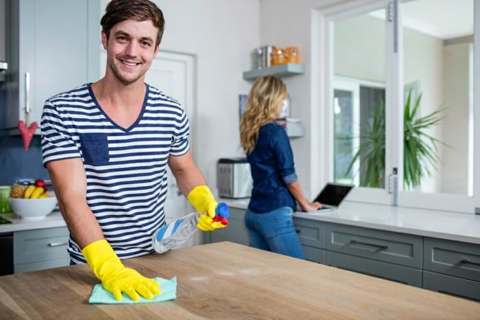 in einem Haus benötigt manchmal ein bisschen Hilfe bei der Haushaltsarbeit von Hauspersonal