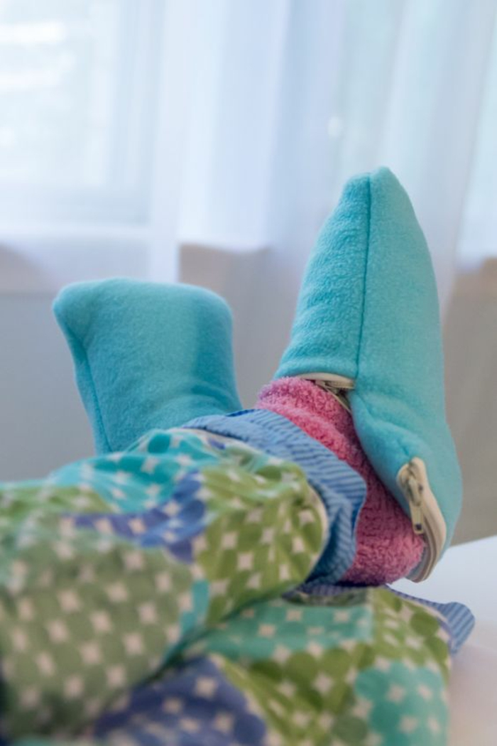 blaue bequeme Hausschuhe nähen mit rosa Socken kombiniert in bequeme Hausbekleidung