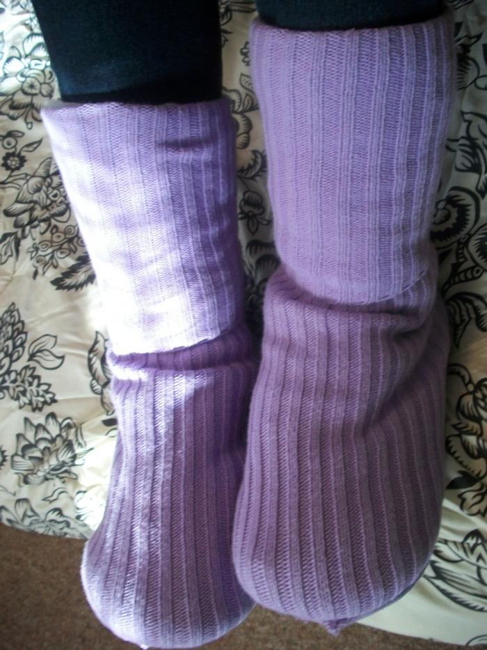 lila Schuhe aus alten gestrickten Socken für ein Kleinkind - Hausschuhe nähen