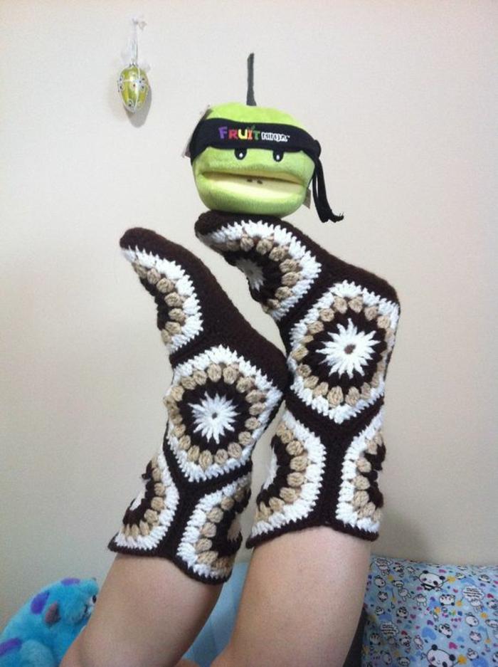 gehäkelten und genähten Socken für das Kind zum Spielen mit Kuscheltier