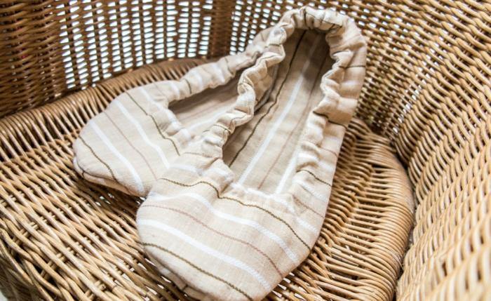 auf Rattan Stuhl beige Hausschuhe gelegt sehr leicht und bequem - Hausschuhe nähen