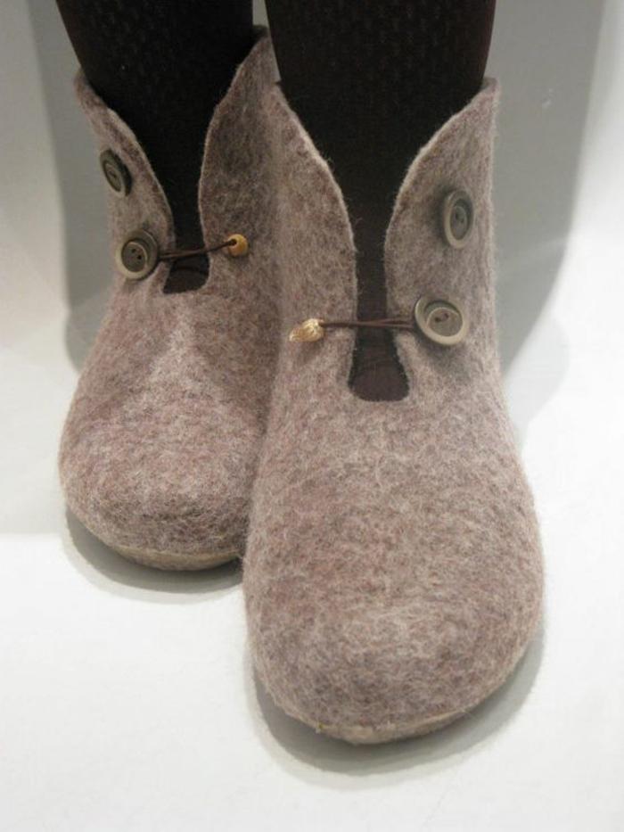 Schuhe nähen - wie Stiefel mit zwei Knöpfen damit man Sie befestigen kann