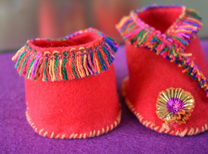 Schuhe nähen für Kleinkind mit Dekoration aus bunten Fäden - selber hergestellt