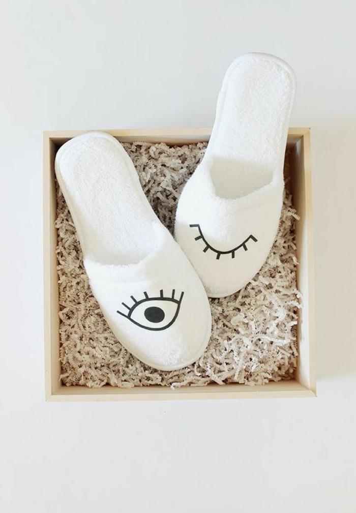 Schuhe nähen mit zwei Augen bemalt Hausschuhe in weißer Farbe schwarze Deko