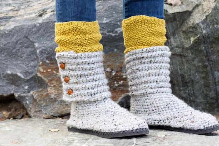 weiße Schuhe nähen mit Knöpfen wie Stiefel mit gelben Socken