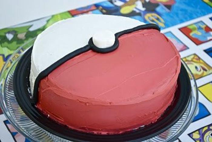 pokemon birthday cake - idee für eine wie ein pokeball aussehende rote pokemon torte