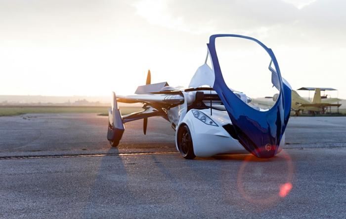 hier ist ein schön aussehendes fliegendes weißes flugauto mit ausklappbaren tragflächen