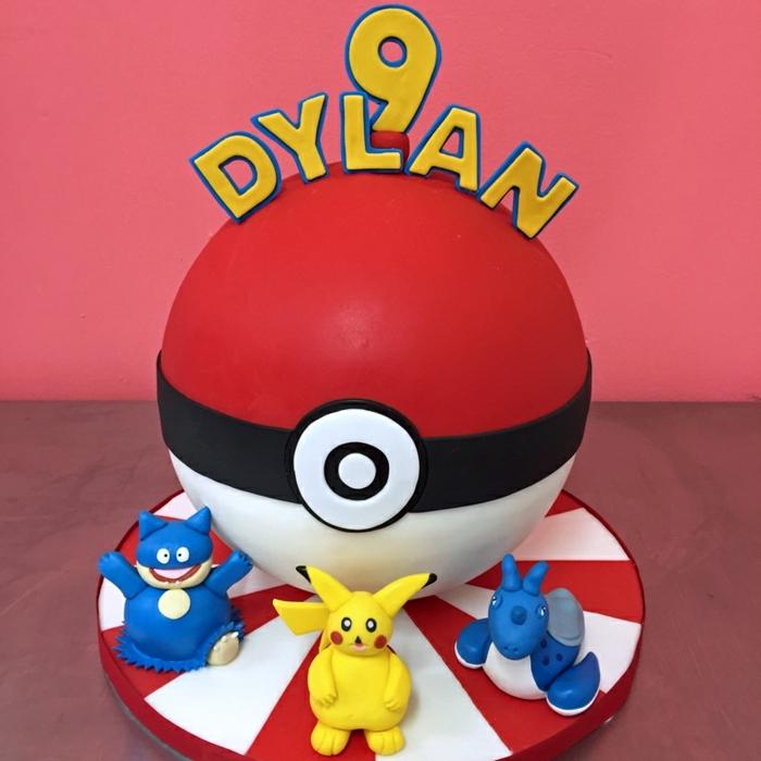 roter pokeball und drei kleine pokemon wesen - idee für eine pokemon torte