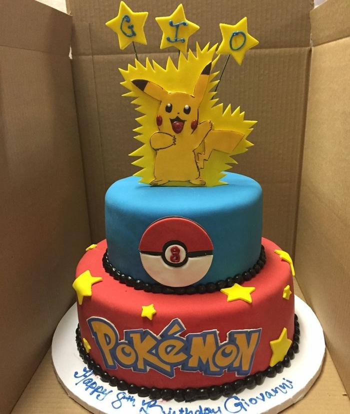 schöne zweistöckige pokemon torte mit gelben sternen und überschriften und einem kleinen pokemon wesen pikachu