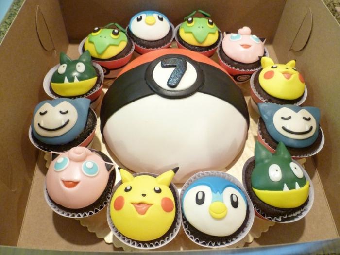 eine große pokemon torte wie ein roter pokeball und verschiedene pokemon kuchen - kleine pokemon wesen