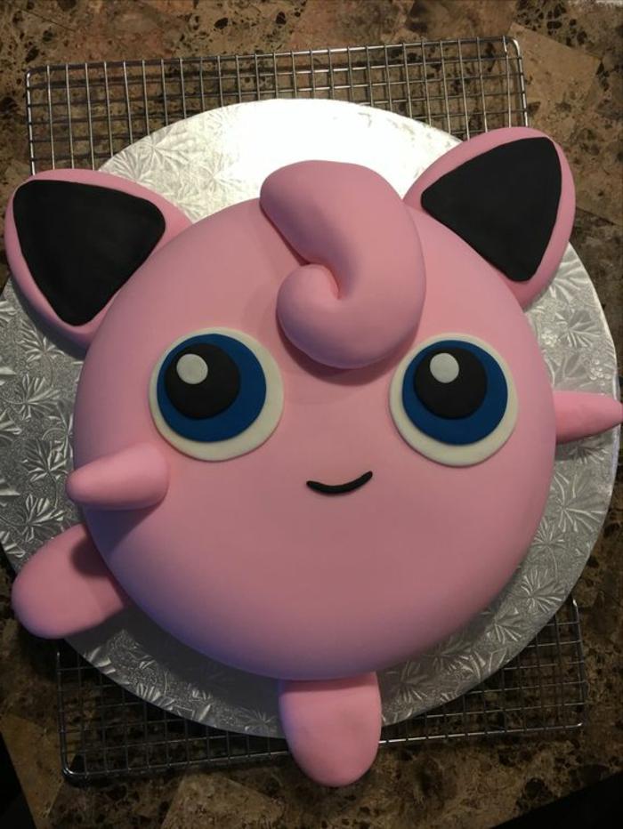 pinkes, kleines, süßes pokemon wesen mit großen blauen augen - idee für eine leckere pinke pokemon torte