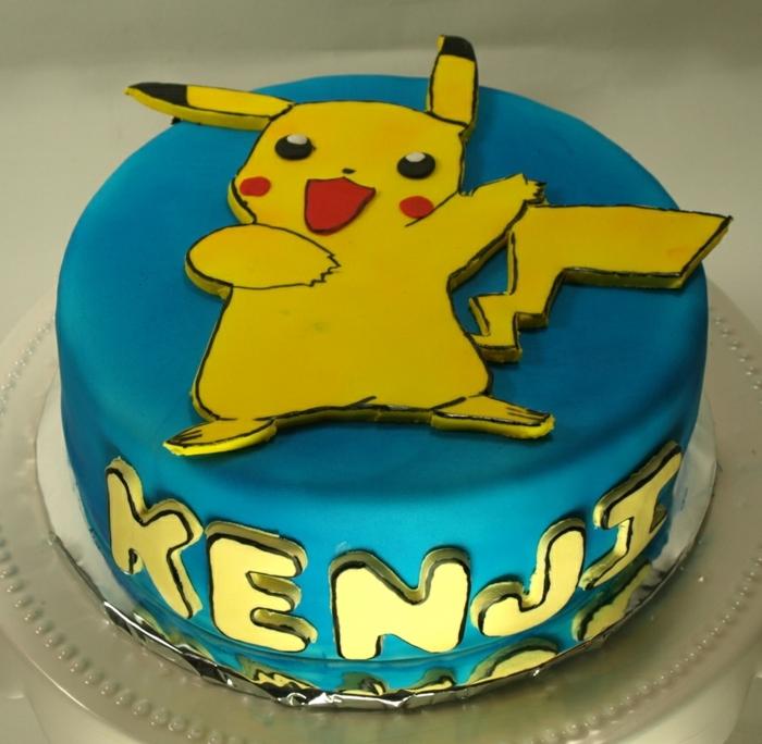 noch eine schöne blaue pokemon torte mit einem gelben pokemon wesen pikachu mit roten backen und gelben überschriften