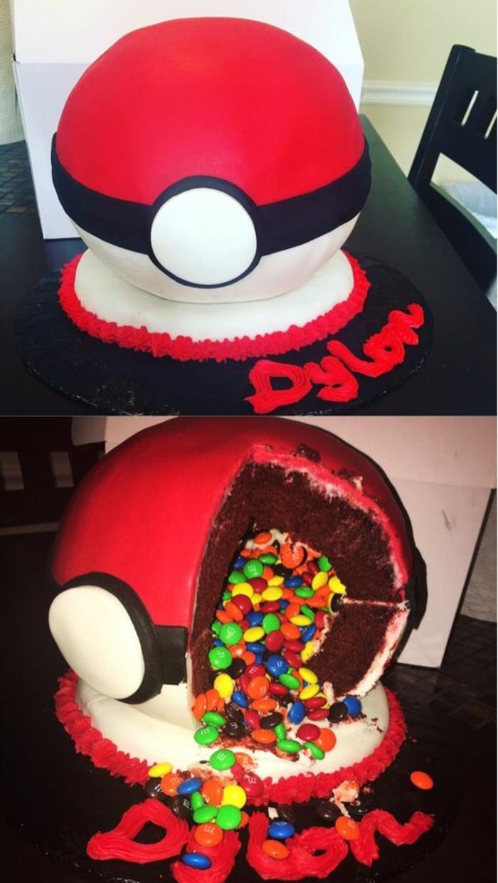 eine rote große poemon torte mit M&Mbunten pralinen - sie sieht wie ein pokeball aus