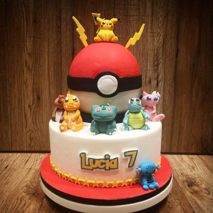 ausgefallene idee für eine rote pokemon torte mit einem roten pokeball, kleinen pokemon wesen, drachen pokemon, dragon pokemon, gelben blitzen, pikachu