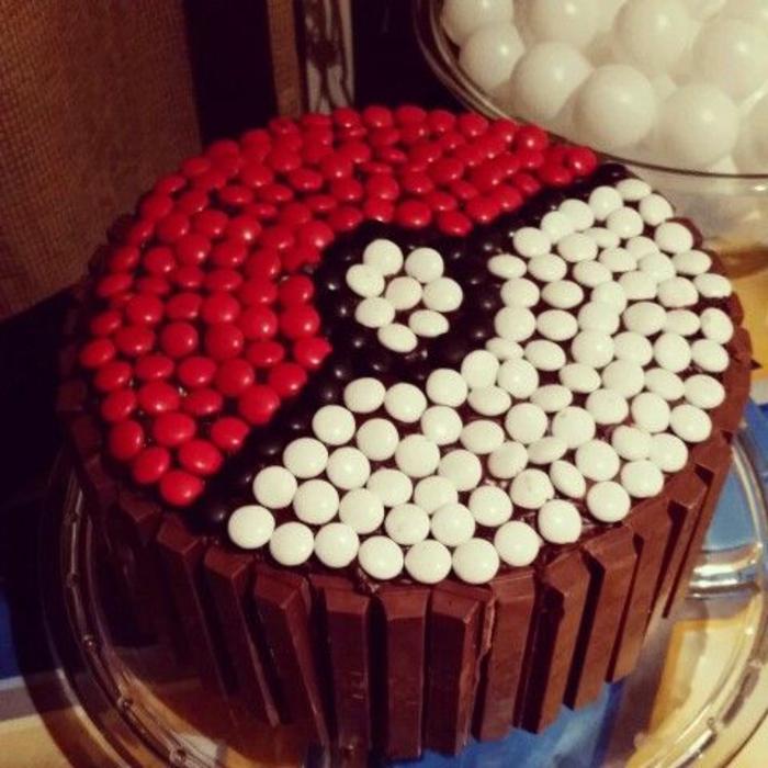 eine leckere schoko pokemon torte mit schwarzen, roten und weißen pralinen - sie sieht wie ein pokeball aus