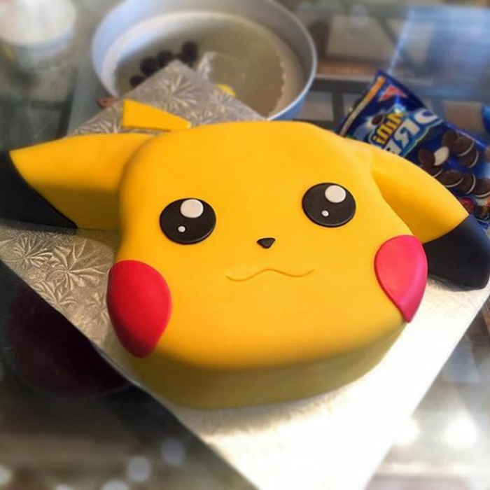 gelbes pokemon wesen pikachu mit roten backen und schwarzen augen - tolle idee für eine pokemon torte