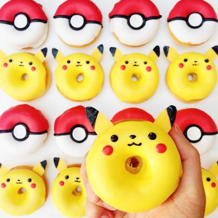 ideen für schöne pokemon kuchen - hier sind pokemon donuts, gelbe und rote donuts, gelbe pokemon wesen pikachu und rote pokebälle