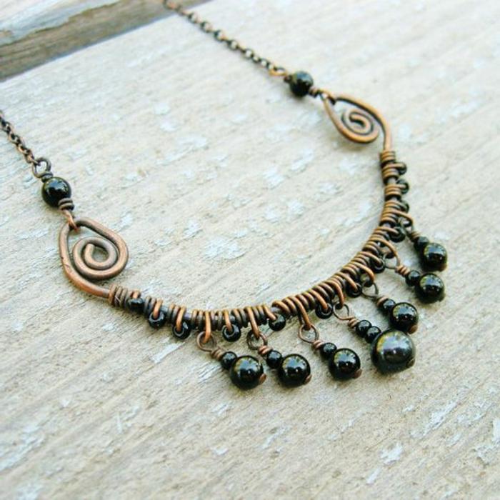 Ketten selber machen: Biegeringe in Schwarz und Bronzefarbe, Spiralen, dunkelgrüne Glasperlen
