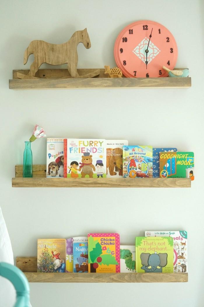 babyzimmer komplett set, deko regale und kinderbücher im kinderzimmer