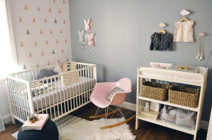 babyzimmer dekoration rosa stuhl sessel ideen hase deko an der wand hocker babybett kasten wolken deko