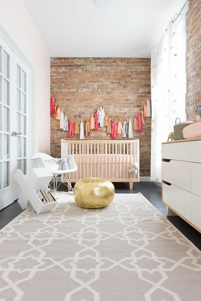 babyzimmer dekoration goldener hocker teppich ideen schrank mit schubladen dekoration für wand bunte deko