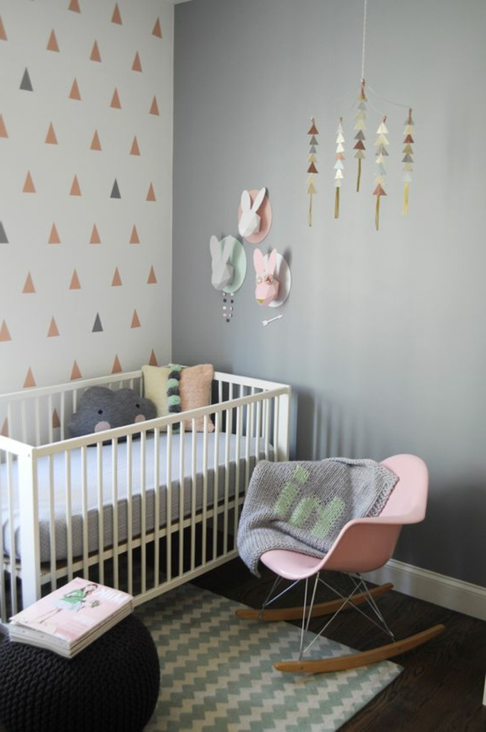 babyzimmer dekoration rosa sessel mit grauer decke darauf babybett wand dekoration hase schönheit zuhause