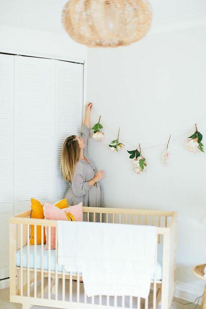 babyzimmer dekoration hölzernes bett lampe blumen dekoration mutter kissen babyzimmer selber dekorieren