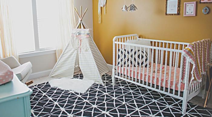 babyzimmer dekoration weißes bett zelt im zimmer pelzteppich schwarz weißes kissen bilder spielplatz im zimmer