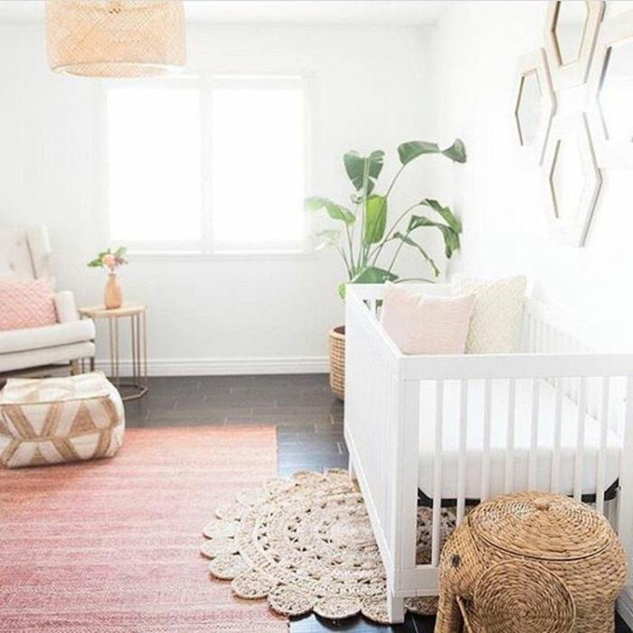 kinderzimmer idee gestaltungsideen für kinderzimmer babyzimmer dezent einrichten weißes bett rosa teppich