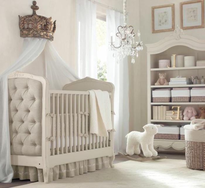 kinderzimmer idee märchenhafte kinderzimmergestaltung krone weißes bett lampe elegantes babyzimmer
