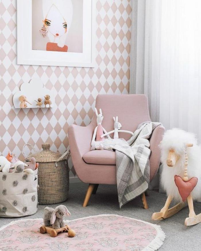 kinderzimmer idee rosa sessel und viele spielzeuge im babyzimmer kuscheltiere und wanddeko bilder