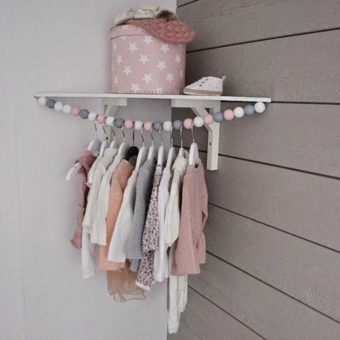 kinderzimmer idee kasten rosa mit sternen dekoration anhänger für baby klamotten ecke für das babyzimmer