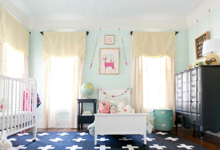 kinderzimmer idee blauer teppich weiße deko kissen babybett bett für kind schrank bild vorhänge globus
