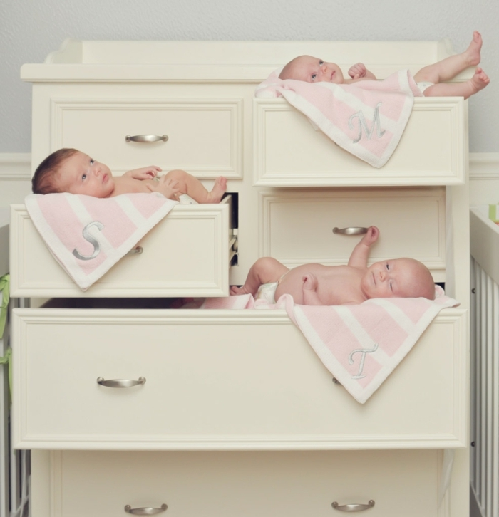 kinderzimmer idee gestaltungsidee schrank im kinderzimmer drei süße babys im schrank schlafende babys