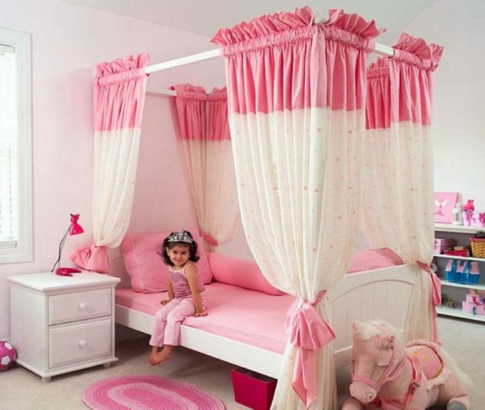 kinderzimmer idee babyzimmer rosa bett kleines kind mit krone fröhlich einhorn zimmer schrank schubladen