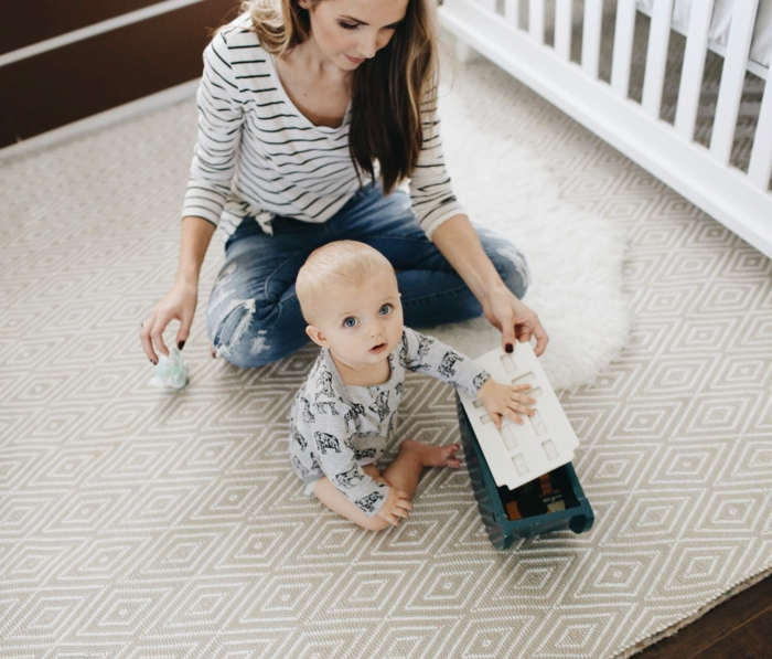 einrichtung kinderzimmer baby mutti und baby spiele zusammen im babyzimmer teppich ideen
