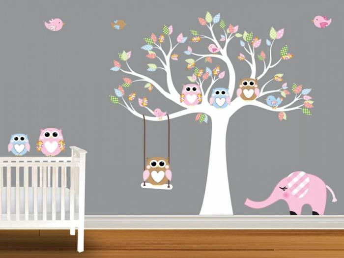 einrichtung kinderzimmer graue wand mit bunten dekorationen elefant eulen bäume spiele bett weiß
