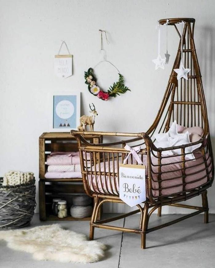 babyzimmer gestalten ideen zum entnehmen tolles kleines babybett aus rattan natur natürliche möbel kranz sterne deko