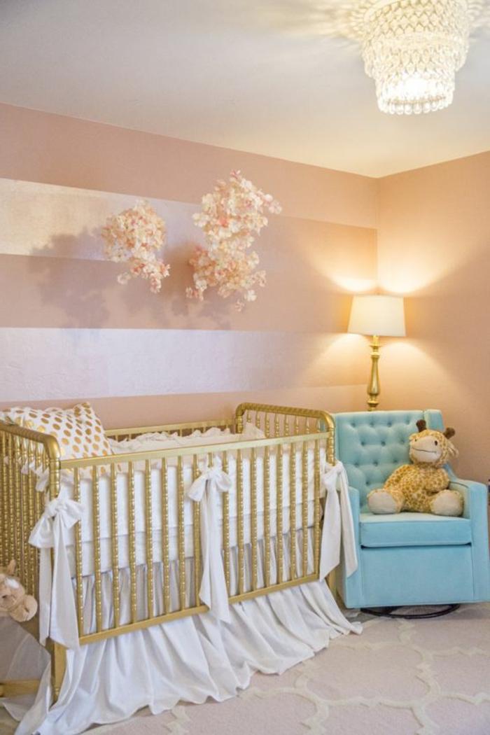 babyzimmer gestalten babybett für mädchen mit weißen schleifen deko blauer sessel kuscheltier dekorative blumen